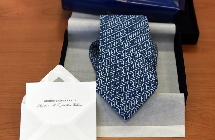 La cravatta di Mattarella spedita direttamente dal Quirinale
