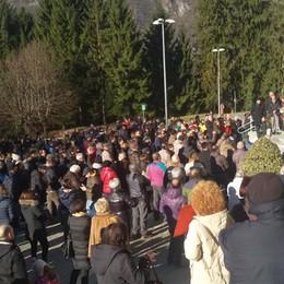 In tanti al presidio di Piario «La montagna deve vivere»