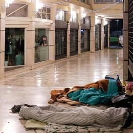 Una notte al gelo con gli ultimi  «Qui dove si rischia la guerra tra poveri»