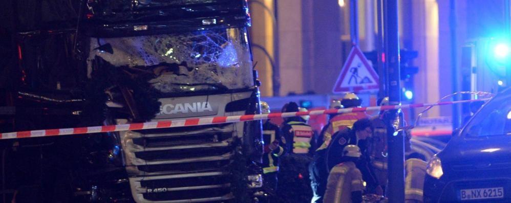 Camion sul mercatino di Natale - video Attentato a Berlino, almeno 9 morti