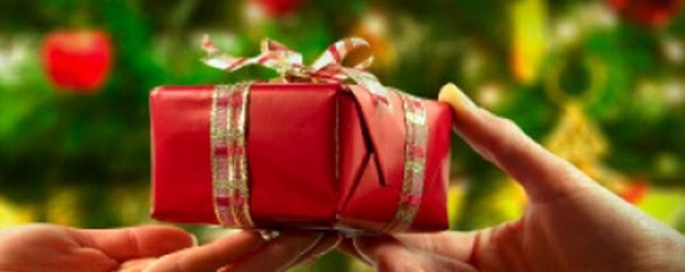 Ha comprato i regali per la sua famiglia «Li ho persi nel parcheggio, mi aiutate?»