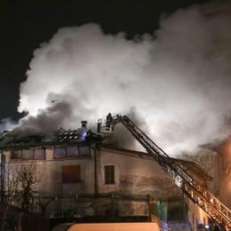 Maxi incendio a Carobbio - foto Brucia il tetto, due famiglie fuori casa