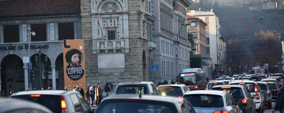 Vuoi evitare code e rallentamenti? Traffico alla Galleria Montenegrone