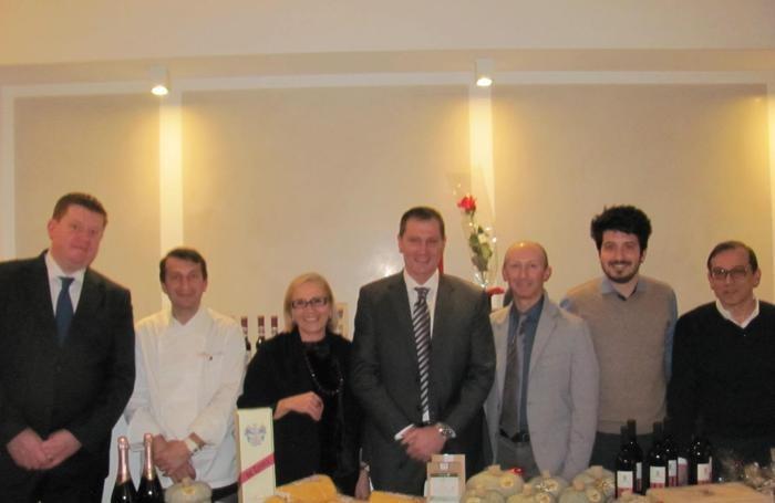 Lo chef Ezio Gritti con i produttori della materie prime cucinate.