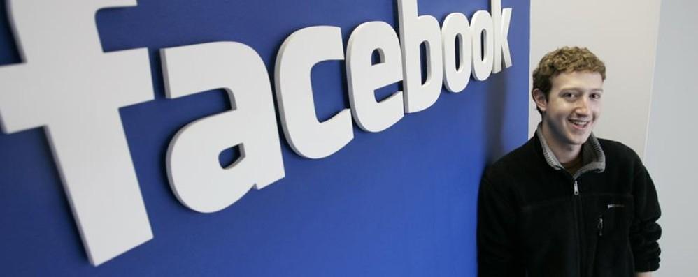 Facebook si rifà il look I post diventano a colori