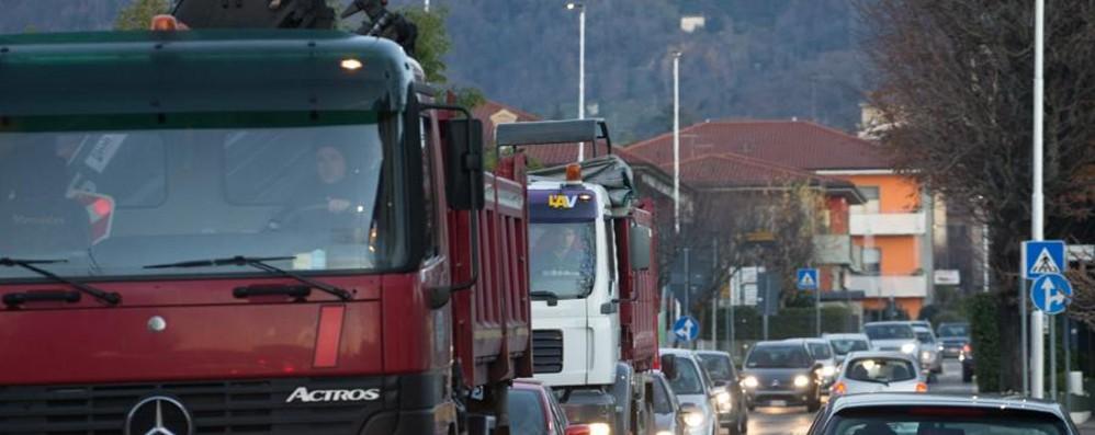Attenzione al traffico in provincia Lunghe code nella galleria   Montenegrone