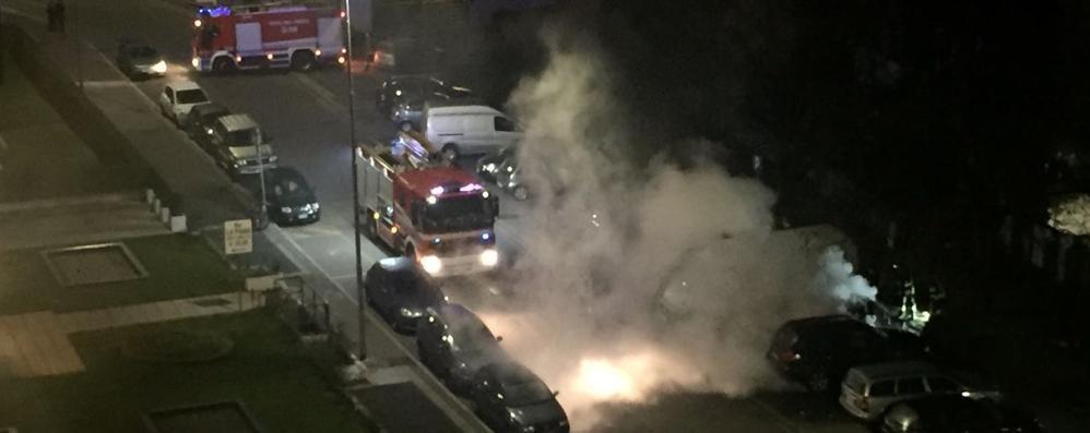 Bergamo, auto brucia nella notte -Video Fiamme di 10 metri, pompieri in azione