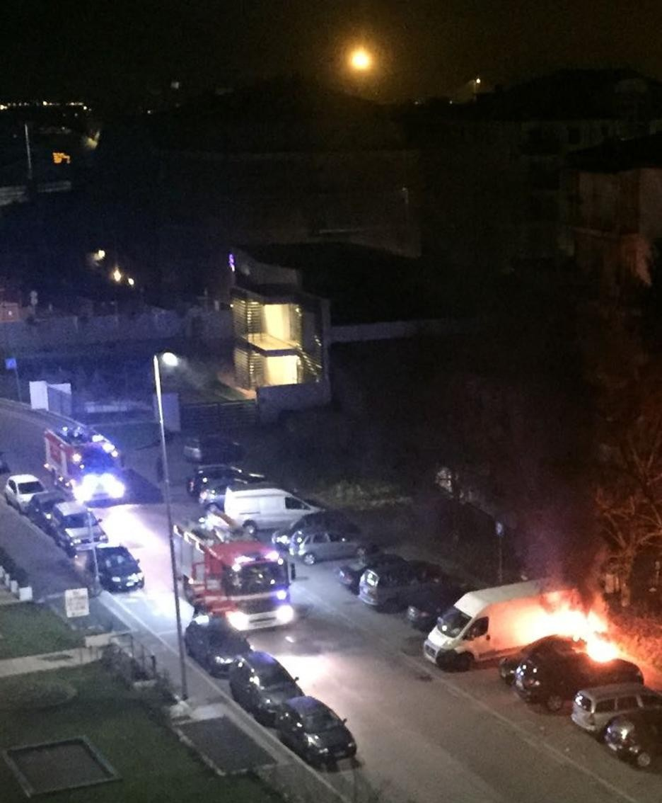 L'auto in fiamme in via Gambirasio