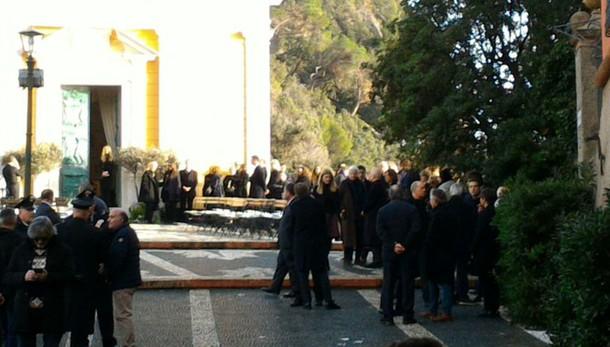 Funerali blindati, per Sozzani tanti vip