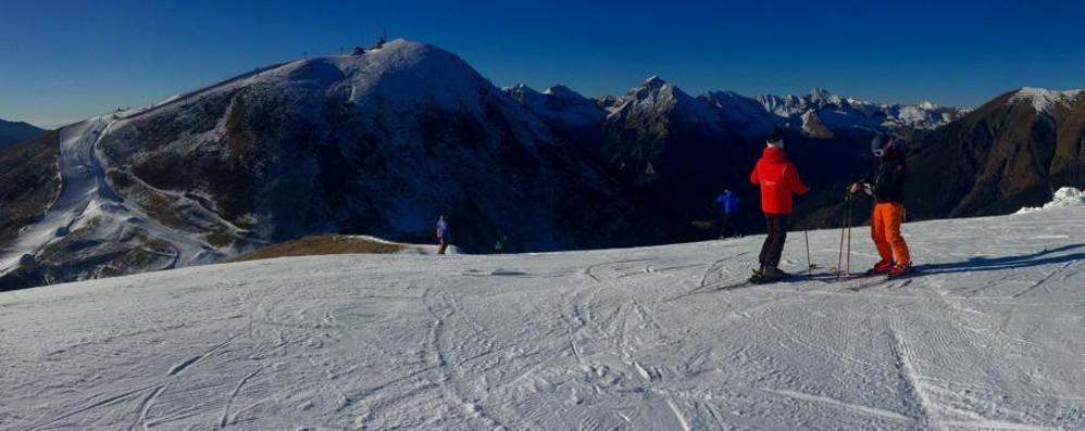 Sciare si scia, ma sulla neve sparata Impianti aperti per la gioia dei vacanzieri