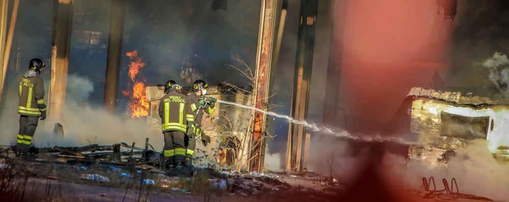 Incendio alla Molini Moretti - Foto Distrutto rifugio di senzatetto