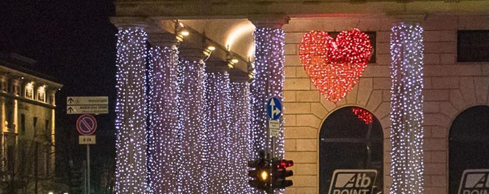 «Bruttine e  pure in ritardo» - foto/video  Polemica luminarie in città - il sondaggio