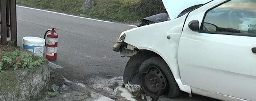 Si sente male e si schianta con l'auto Gravissimo 80enne a Costa Volpino