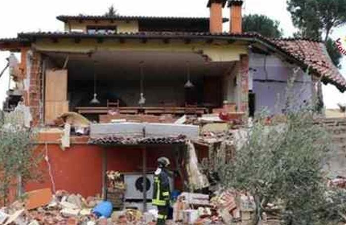 Vigili del Fuoco sul luogo dell'esplosione della villa di Sanremo dove era ospite Gabriel Garko