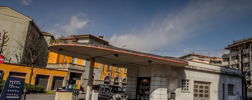 Addio al benzinaio di via Baschenis Bonifica al via, chiosco a rischio crollo