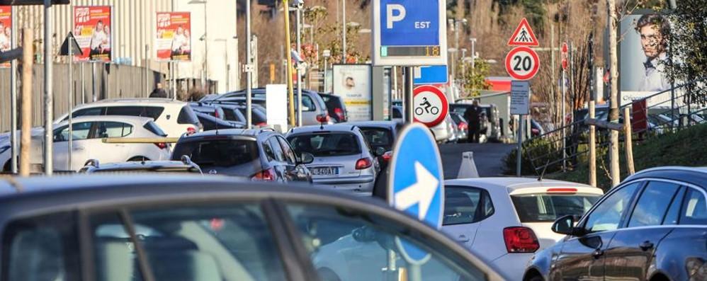 Parcheggi pieni, code e bus «esiliati»  Una mattina di caos all'ospedale - Video