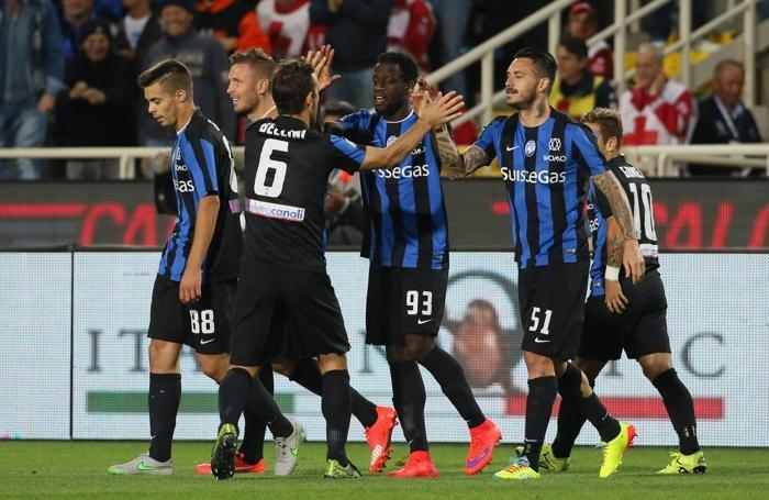 I giocatori dell'Atalanta festeggiano dopo l'autorete del il difensore della Sampdoria Niklas Moisander per il momentaneo 1-0