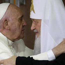 L'abbraccio tra il Papa e il Patriarca «Finalmente. Noi siamo fratelli»