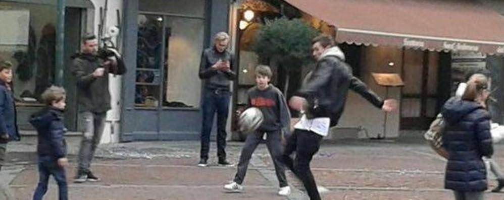 L'emozione di una partitella improvvisata De Roon gioca in piazza Vecchia
