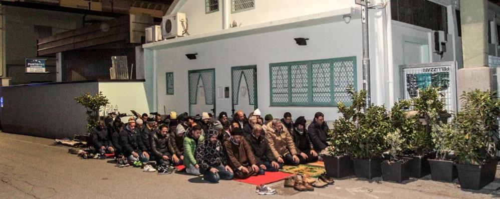 Islamici, la moschea è chiusa Tensioni e preghiera in strada - video