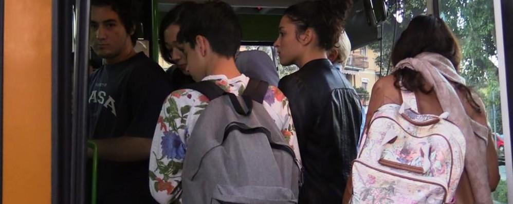 A scuola senza smog? La decisione di Atb «Bambino e adulto gratis su bus e tram»