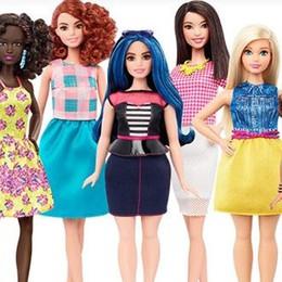 Scende dai tacchi e cambia taglia Arriva la Barbie «curvy». Ed è pure bassa