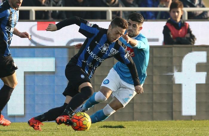 Il centrocampista dell'Atalanta Alejandro   Gomez  lotta per il possesso palla con il difensore del Napoli Elseid Hysaj