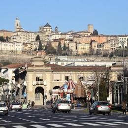 Bergamo 2.035, per una mobilità social E Gori prova uno strano triciclo  - Video