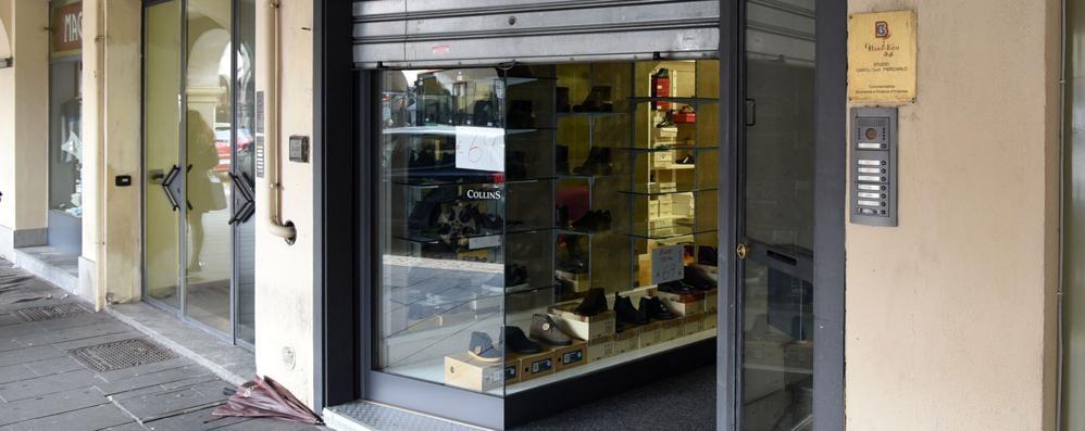 Maxi furto di scarpe in piazza Pontida «Possibile che nessuno abbia sentito?»