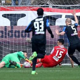çLa palla-gol per Lasagna sventata da Sportiello al 27' pt