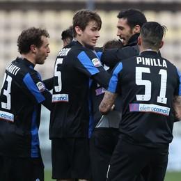 Kurtic sommerso dai compagni dopo il gol