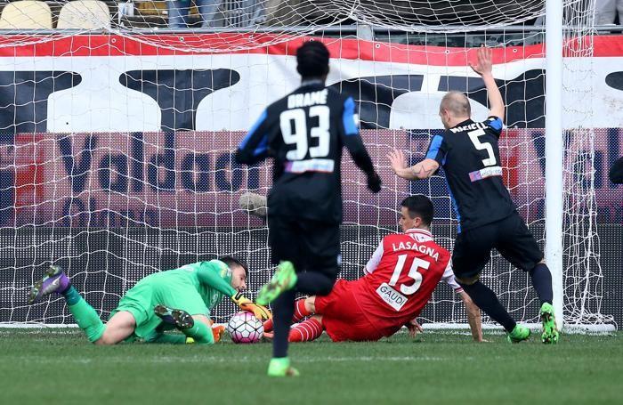 La palla-gol di Lasagna sventata da Sportiello al 27' pt