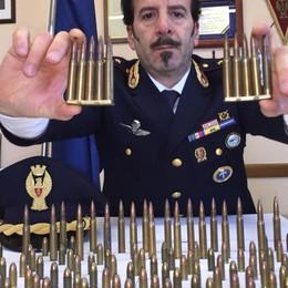 Busta sospetta lanciata da un'auto Spuntano 150 munizioni da guerra