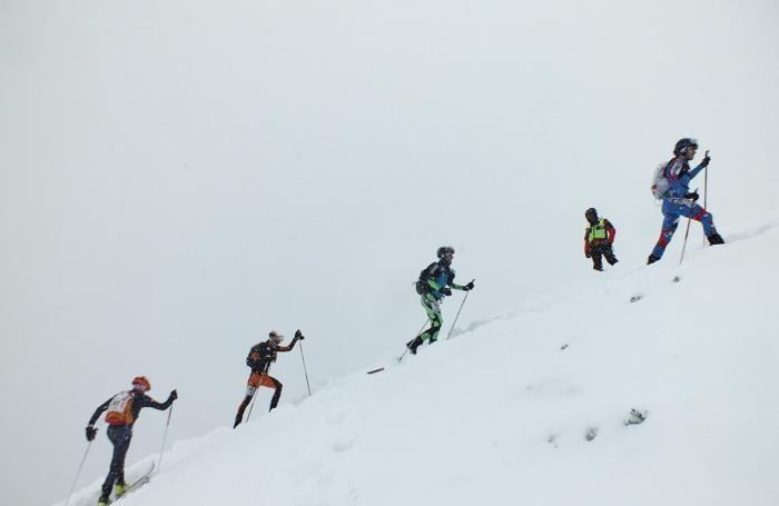 Alcuni atleti in azione sotto la fitta nevicata a Lizzola