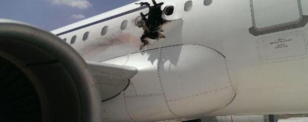 Esplosione a bordo,  bergamasco evita strage nei cieli della Somalia - Video