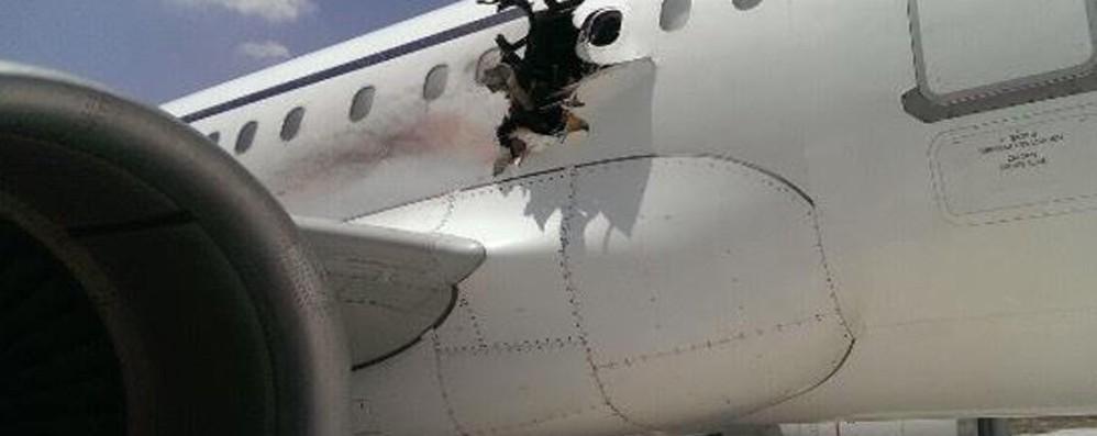 Esplosione in volo, Riccardo verso casa «Sto bene, ancora indagini» - video
