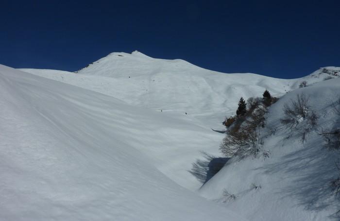 Sul monte che sovrasta la strada che sale al Passo Campelli, ben visibili (ingrandendo la foto) le tracce delle motoslitte arrampicatesi lungo il versante