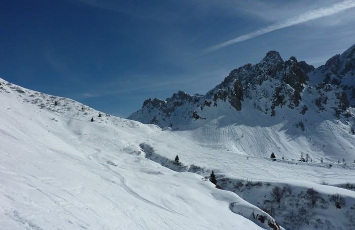 Al Passo Campelli si arrampicano sulle montagne fino a lambire le rocce (ingrandendo la foto le tracce sono ben visibili)