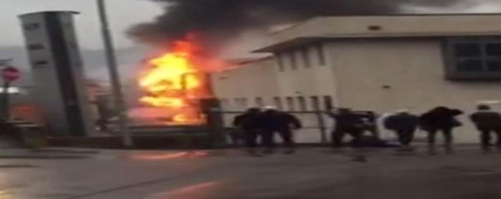 Villongo, fiamme alte e tanto fumo Ecco il video dell'incendio alla Unigasket
