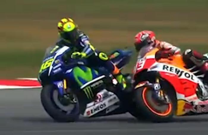 Un momento del discusso duello tra Valentino Rossi e Marc Marquez lo scorso anno in Malesia  finito con la caduta dello spagnolo della Honda e la penalizzazione per Valentino che è scattato dall'ultimo posto nell'ultimo Gp della stagione