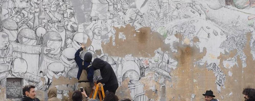 Blu cancella le sue opere a Bologna «Ha ragione:  la street art muore in strada»