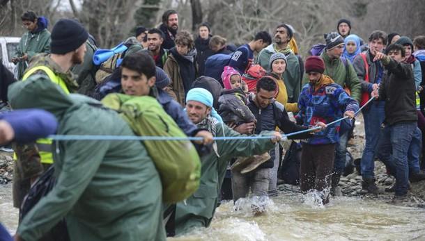 Centinaia migranti entrano in Macedonia