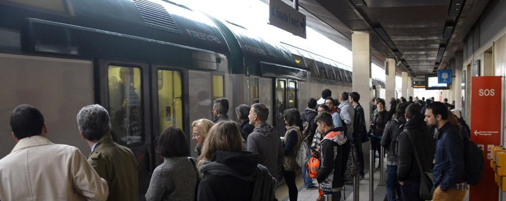 """Treni e ritardi, il report dei pendolari «Negli orari """"caldi"""" puntualità flop: 40%»"""