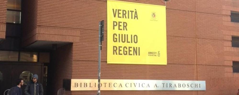 Bergamo chiede «verità per Regeni» Striscione issato alla biblioteca Tiraboschi