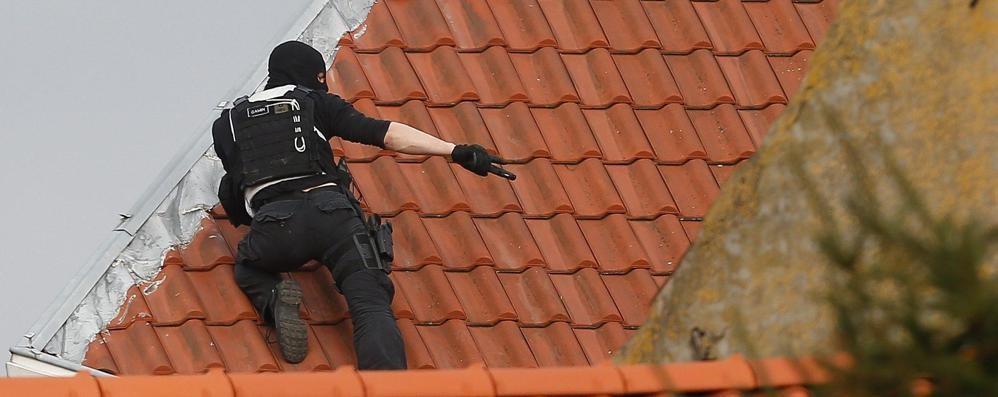 Blitz anti terrorismo: spari a Bruxelles Agenti feriti, ucciso un terrorista - Video