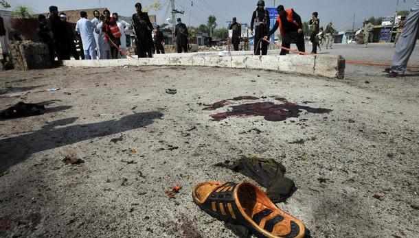 Pakistan: bomba su bus Peshawar,15 morti