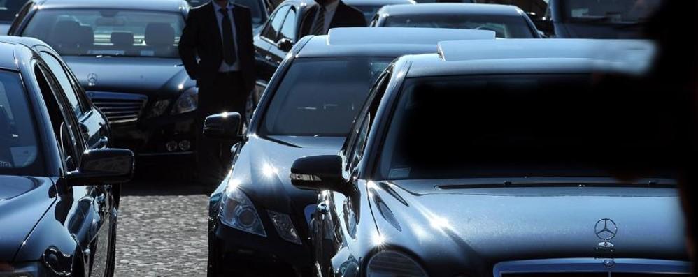 Auto blu, nuova legge per la sospensione Gli alti funzionari a casa in pullman