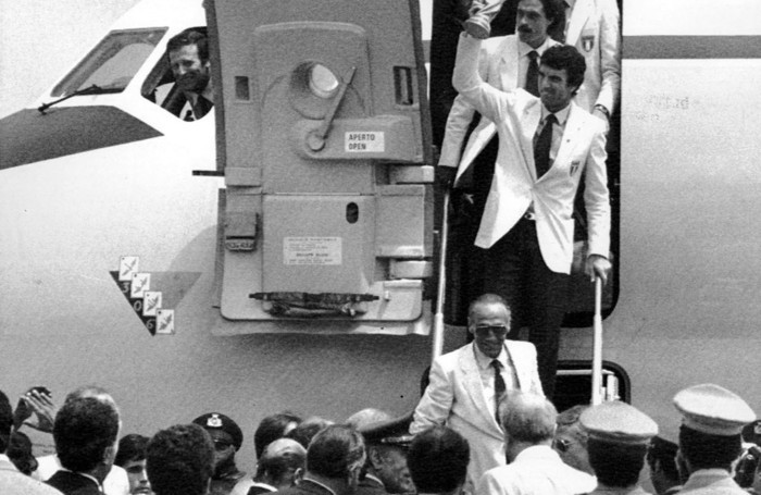 Dino Zoff con la Coppa del mondo vinta nel 1982 a Madrid
