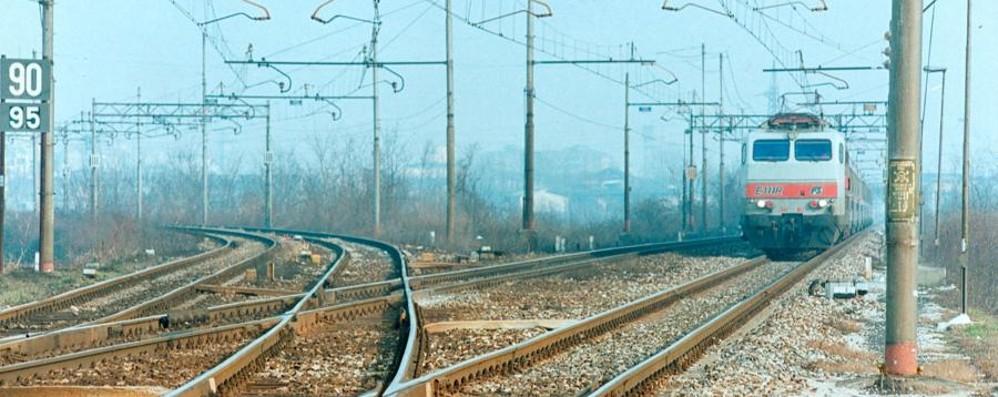 Treno si ferma in aperta campagna I pendolari scendono e vanno a piedi