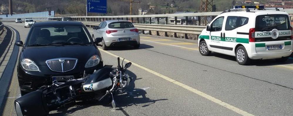 Scontro auto-moto in superstrada Traffico in tilt in Valle Seriana